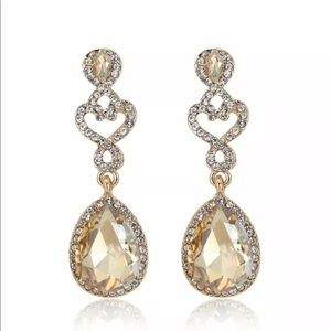 🍷Elegent Champagne and White Crystal Earrings